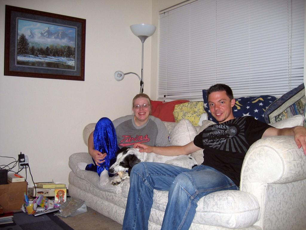 Nach der Ankunft in Seattle mit Alexis und Tanner auf der Couch.