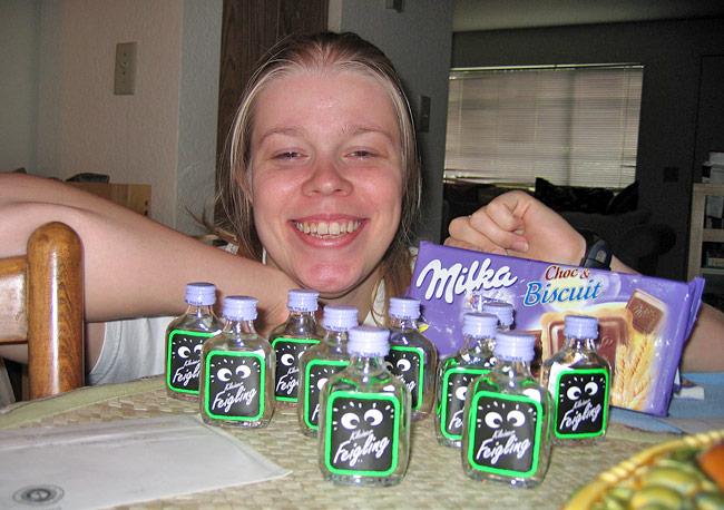 Das Paket mit den kleinen Feiglingen und der Milka ist angekommen.