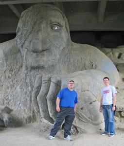 Der Troll ist unter einer Brücke in Seattle und hält einen VW Käfer in der Hand.
