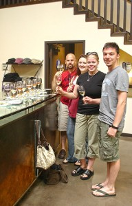 Eric, Katrina, AJ, ich bei der Weinprobe.