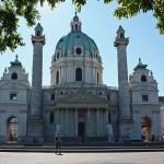 Frontaler Blick auf die Karlskirche