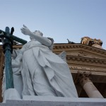 Statue außen vor der Karlskirche in Wien